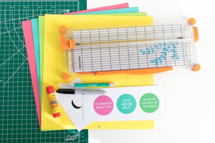 Geschenke verpacken, Gutscheine wie Karten aus bunten Papier, Ankleber und Zubehör