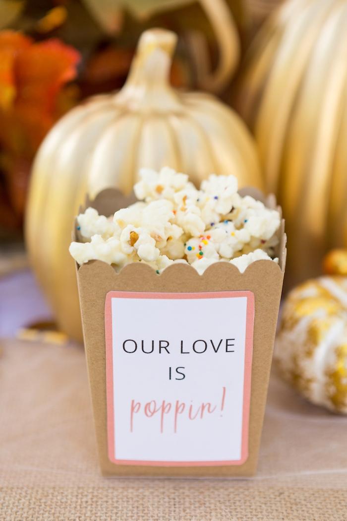Kreative Deko Ideen für herbstliche Party, Kürbisse besprüht mit goldenem Spray, Popcorn mit Zuckerstreuseln