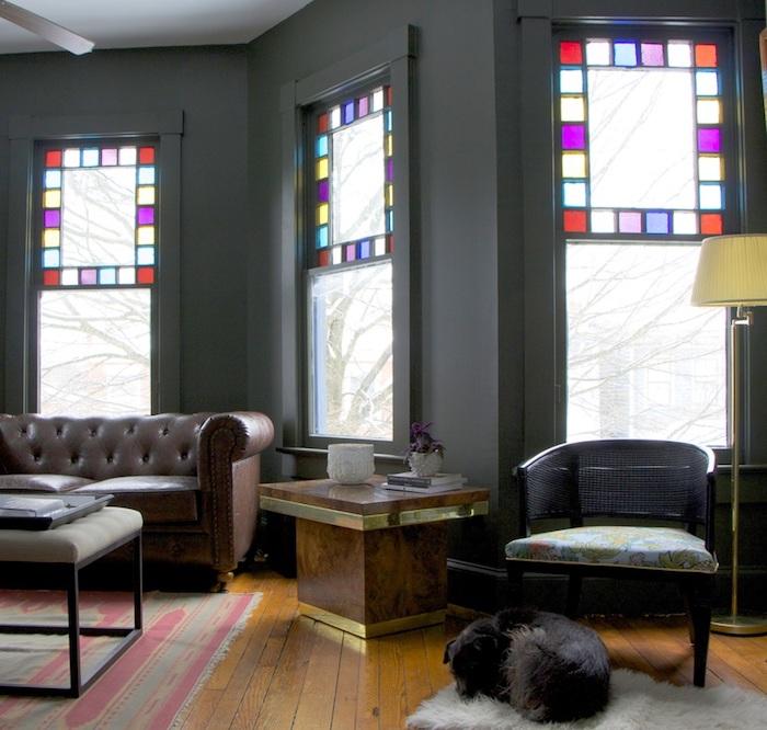 wohnzimmer einrichten in retro stil, boho style zimmer ideen, ein hund schläft auf dem boden