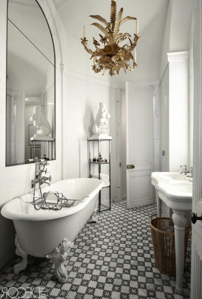 kleines Bad gestalten, eine kleine Badewanne, ein goldener Kronleuchter, ein Skulptur, Badefliesen mit Blumenmustern