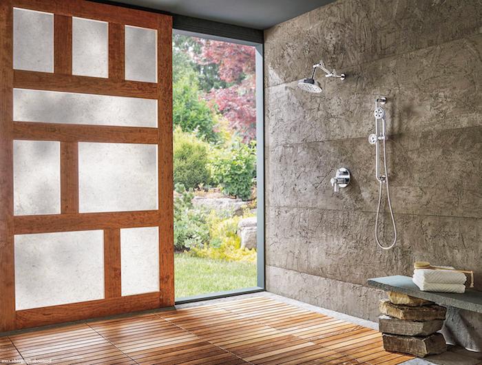 bank aus steinen, haus mit einem badezimmer mit einem boden aus holz und dusche, gartendusche selber bauen