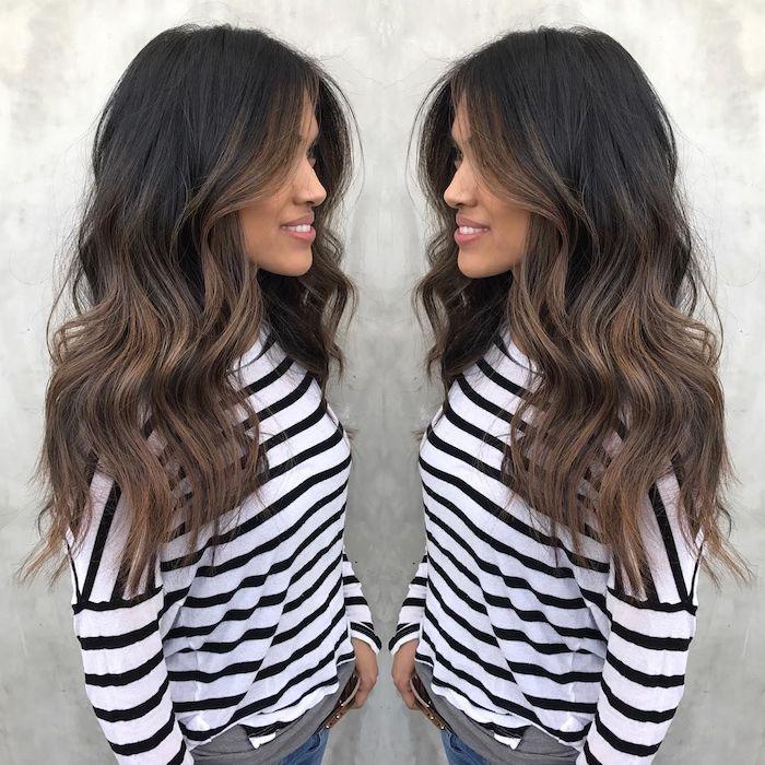 Lange und wellige Balayage Haare, gebräunter Hautteint und matter Lippenstift, gestreiftes Top mit langen Ärmeln