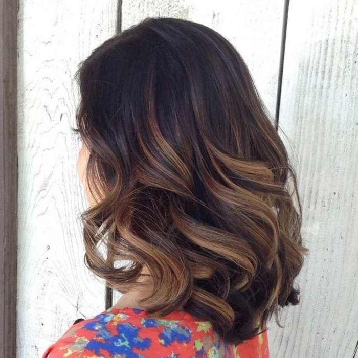 Halblange Balayage Haare, schöne Locken, buntes Top mit Blumenmuster