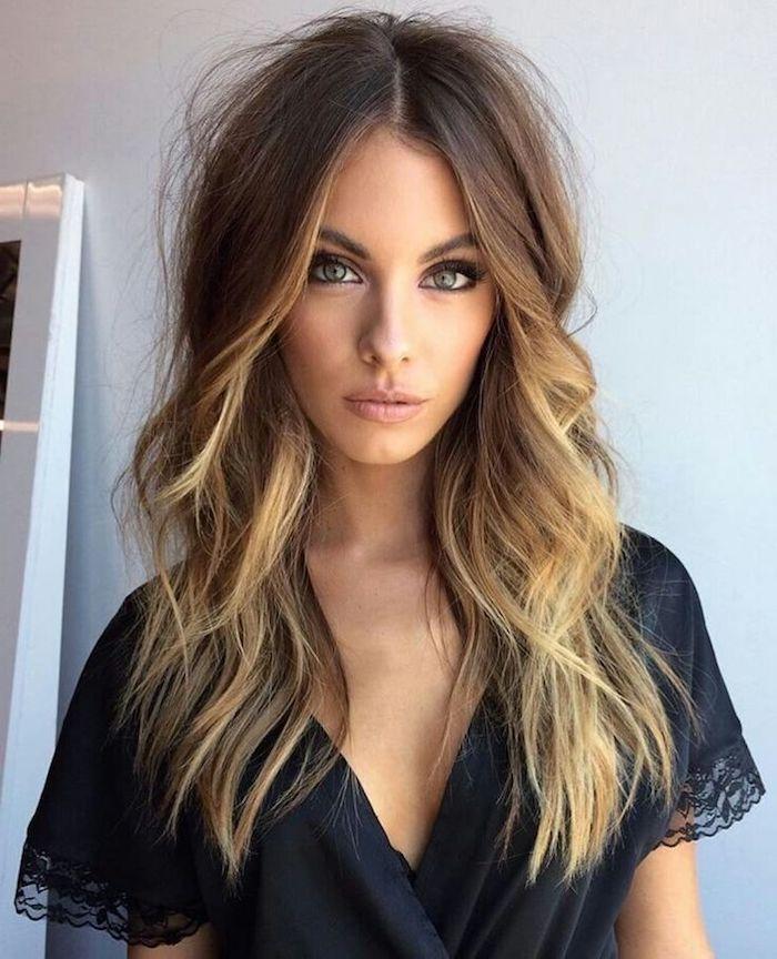 Lange und wellige Ombre Haare mit Mittelscheitel, gebräunter Teint und grüne Augen, matter Lippenstift