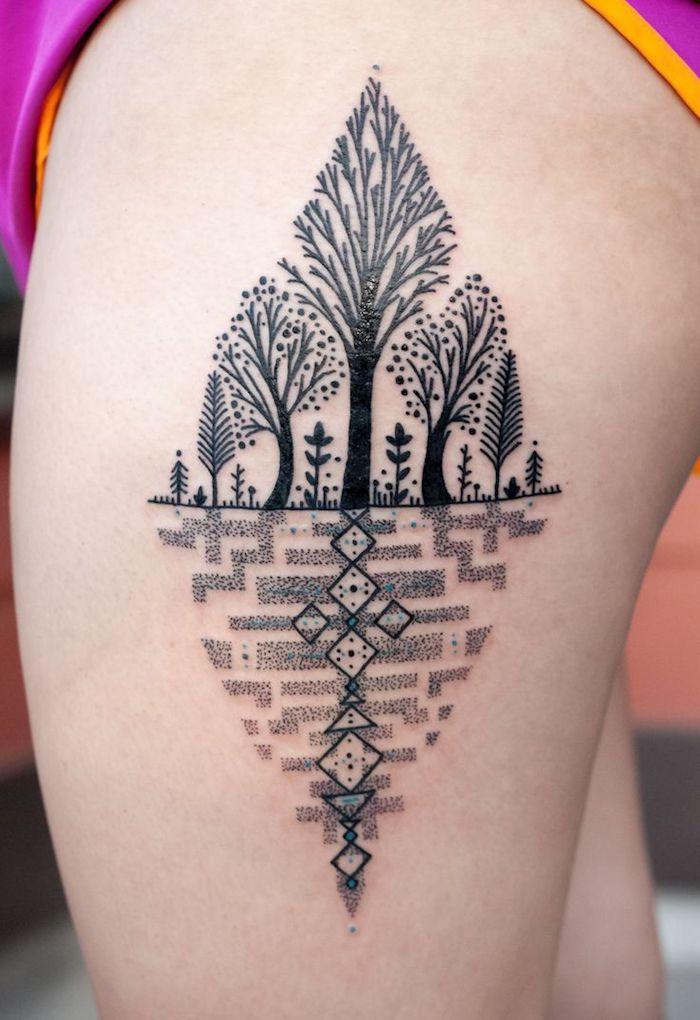 eine frau mit einem bein mit einem schwarzten frauen tattoo mit einem schwarzen wald mit schwarzen bäumen und schwarzen ästen, geometrische tattoos ideen für frauen