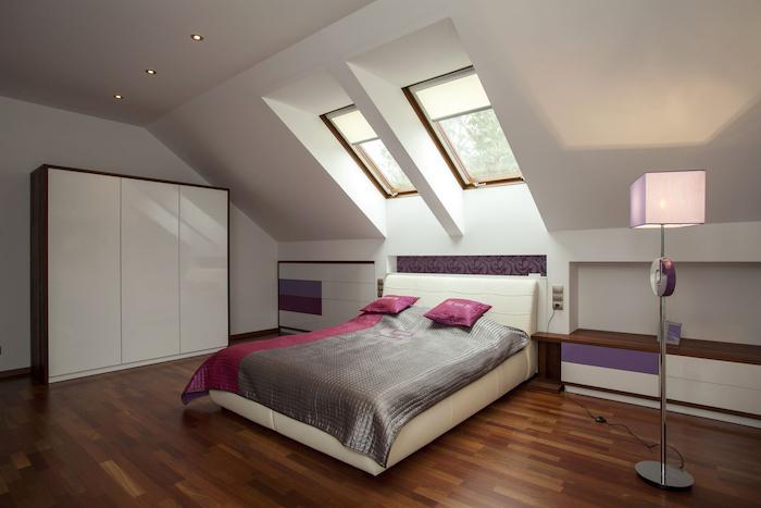 Bett Für Fachschräge, Boden Aus Holz, Weiße Wände, Hohe Lampe, Möbel Set