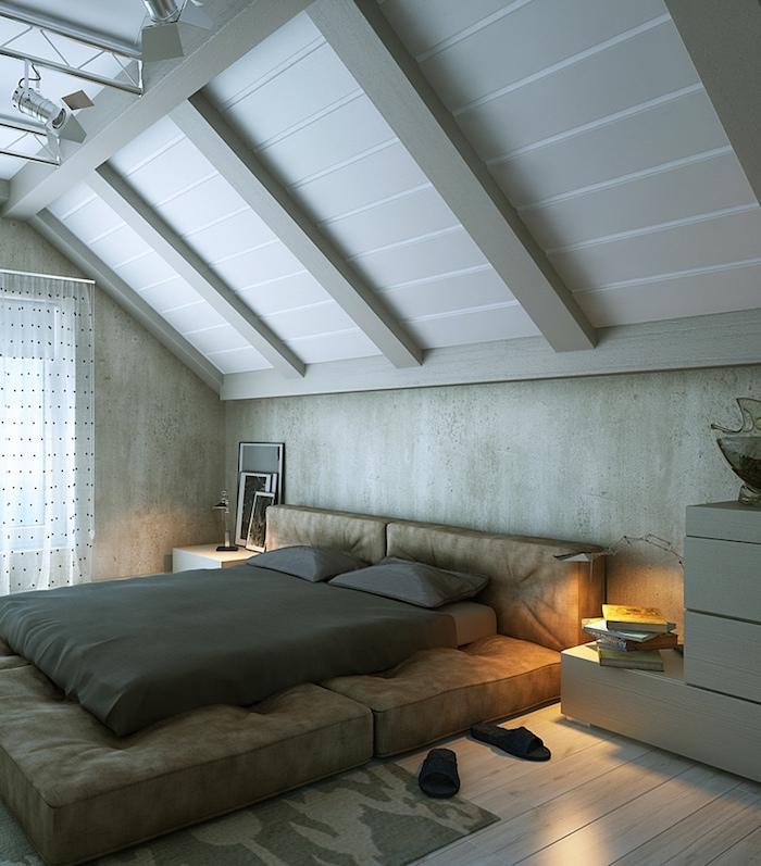 Bett Für Dachschräge, Wieße Holzdielen, Großes Bett Aus Braunem Leder,  Dunkegraue Bettwäsche Schlafzimmer