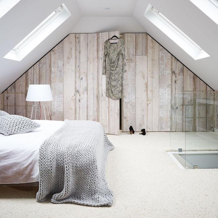 bett unter dachschräge, eingebauter kleiderschrank, weiße wände, kleine fenster