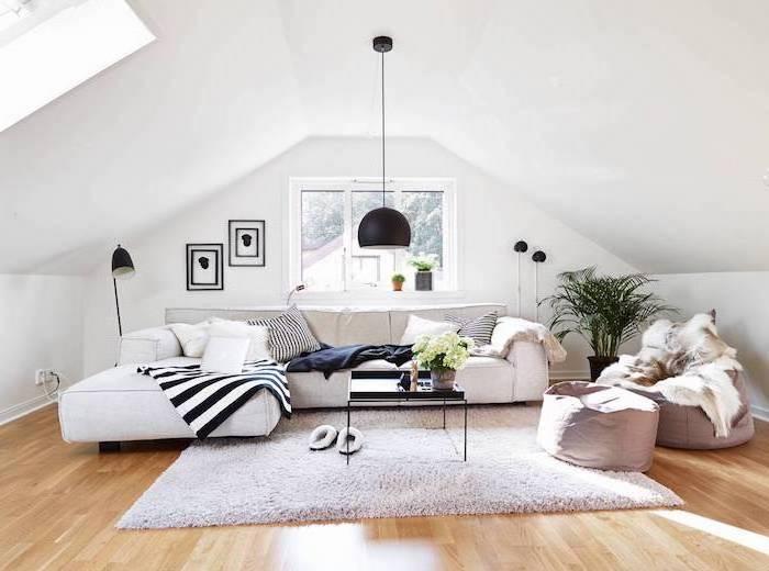 tapeten wohnzimmer modern ideen für eine dachgeschosswohnung, dachschräge, ecksofa, pflanze, bodenkissen, pantoffeln auf dem teppich
