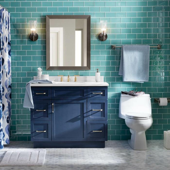 kleines Bad gestalten, blaue Fliesen, ein weißer Boden, ein Spiegel mit braunem Rahmen