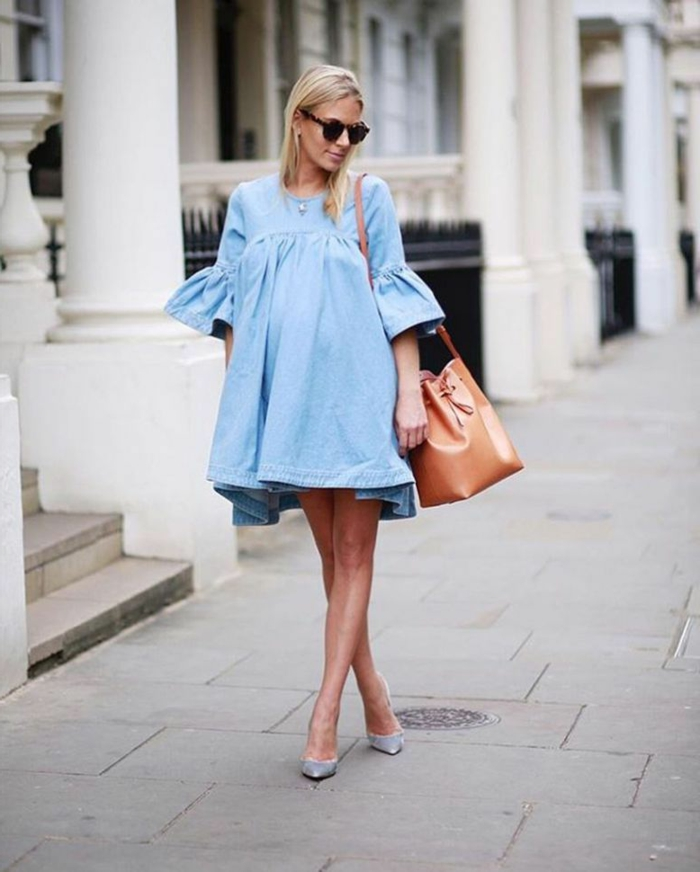ein blaues Kleid und silberne Schuhe, festliche Kleider für Schwangere, eine braune Tasche, Sonnenbrille