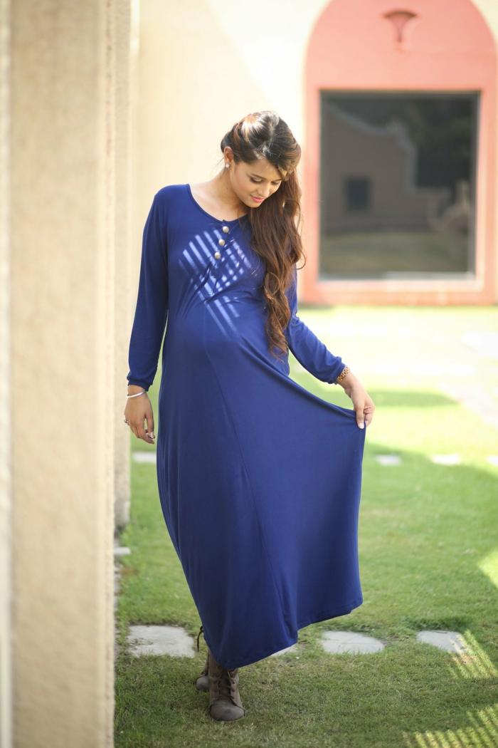 ein blaues Kleid, Abendkleider für Schwangere, langer Rock, kleine Knöpfe, Model mit langen braunen Haaren
