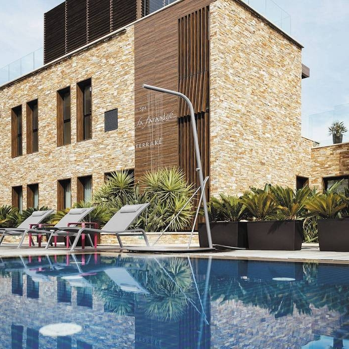 schwimmpool mit einer dusche aus edelstahl, haus mit garten mit blumentöpfen mit vielen grünen pflanzen, gartengestaltung ideen
