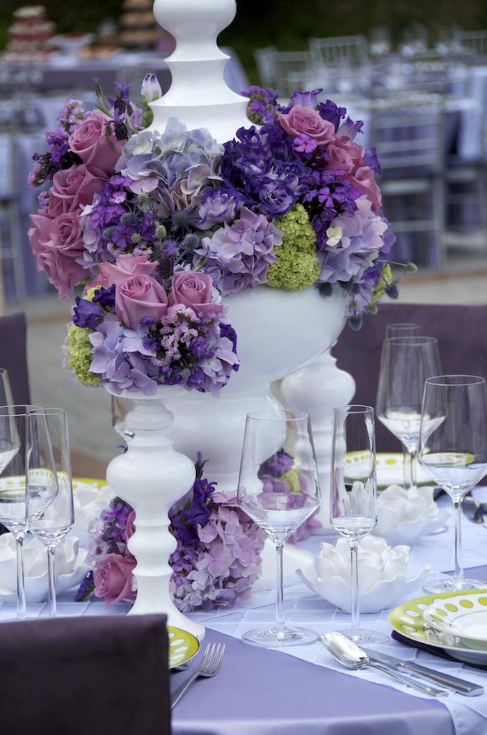 weiße keramische blumengestecke hochzeit, lila blumen, tischdecke aus satin