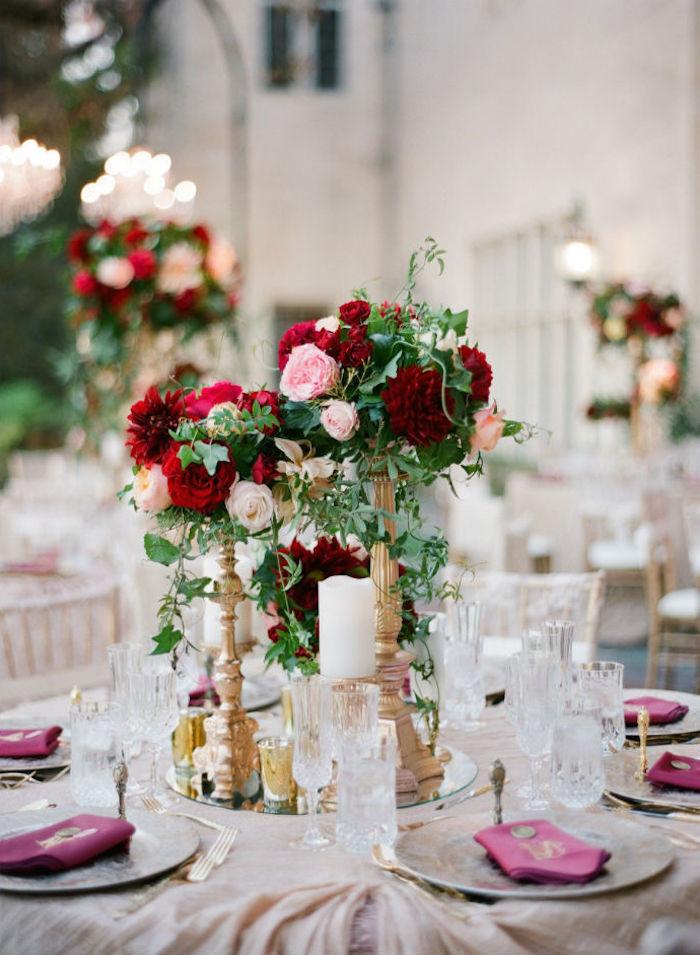 hohe goldene blumengestecke hochzeit, rote und rosa rosen, himbeerenrote servietten