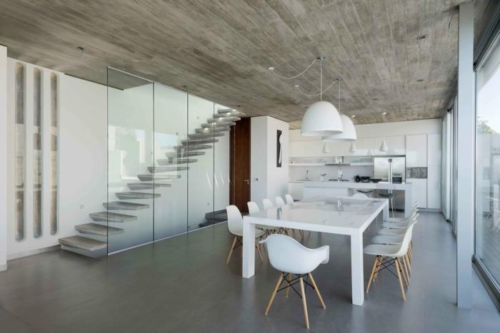 Betonboden, ein brauner Boden, ein weißer Tisch mit vielen weißen Stühlen, Betonboden