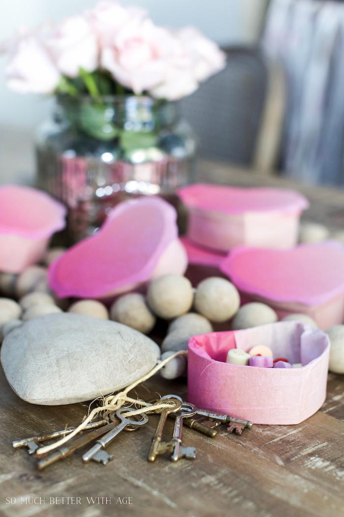 vase mit rosen, diy bastelideen, box basteln, viele schlüssel, geschenkverpackung selber machen
