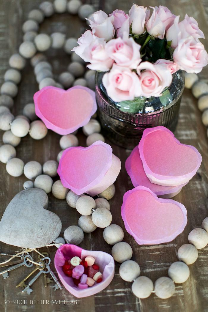 box basteln, vase mit rosen, viele schlüssel, kleine boxen in form von herzen dekoriert mit rosa seidenpapier