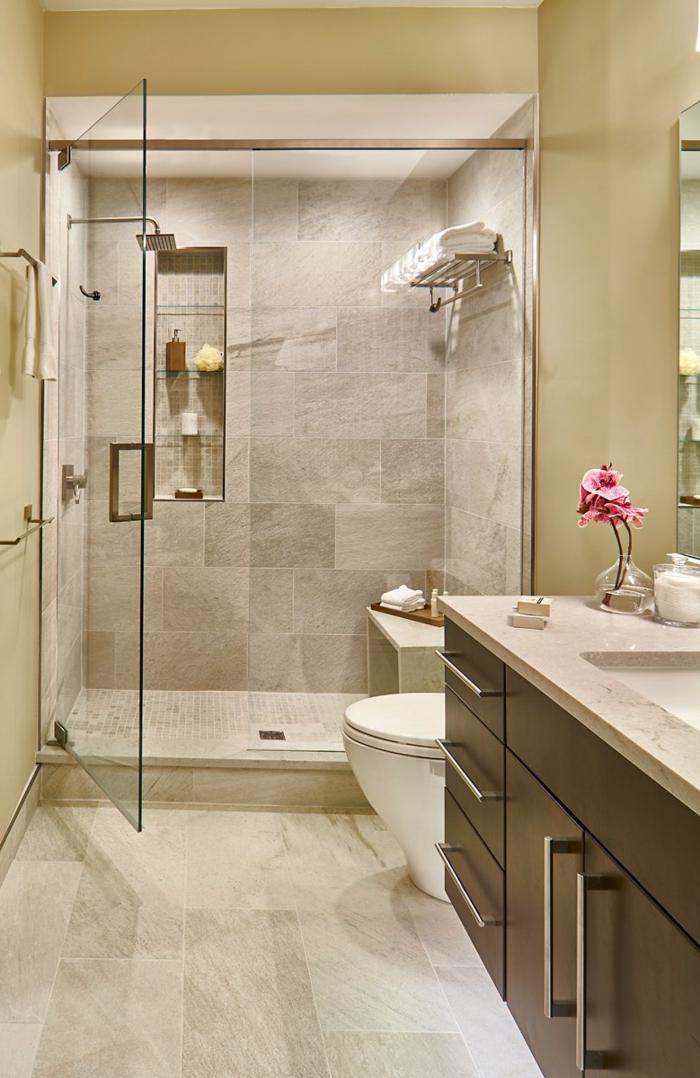 beige Wände, kleines Bad gestalten, eine gläserne Duschkabine mit braunen Fliesen, braunes Badmöbel Set