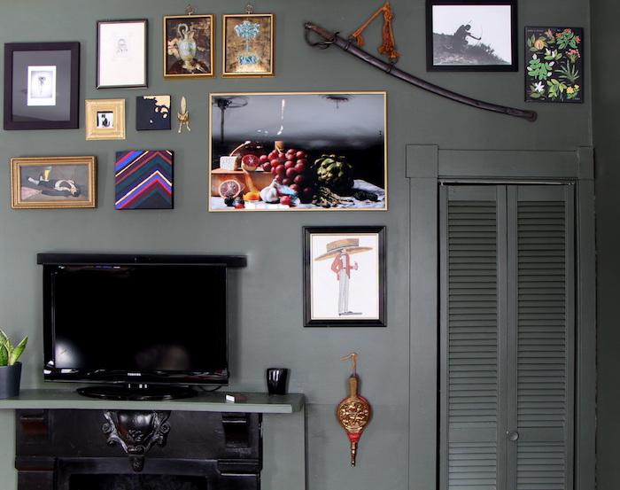fernsehwand im wohnzimmer einrichten, bunte dekorationen an der wand, bunte bilder