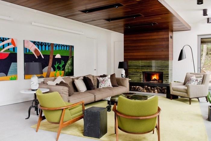 wandgestaltung wohnzimmer ideen mit krassen farben, wandbilder, bunte bilder, grüne sessel, kamin, beiges sofa