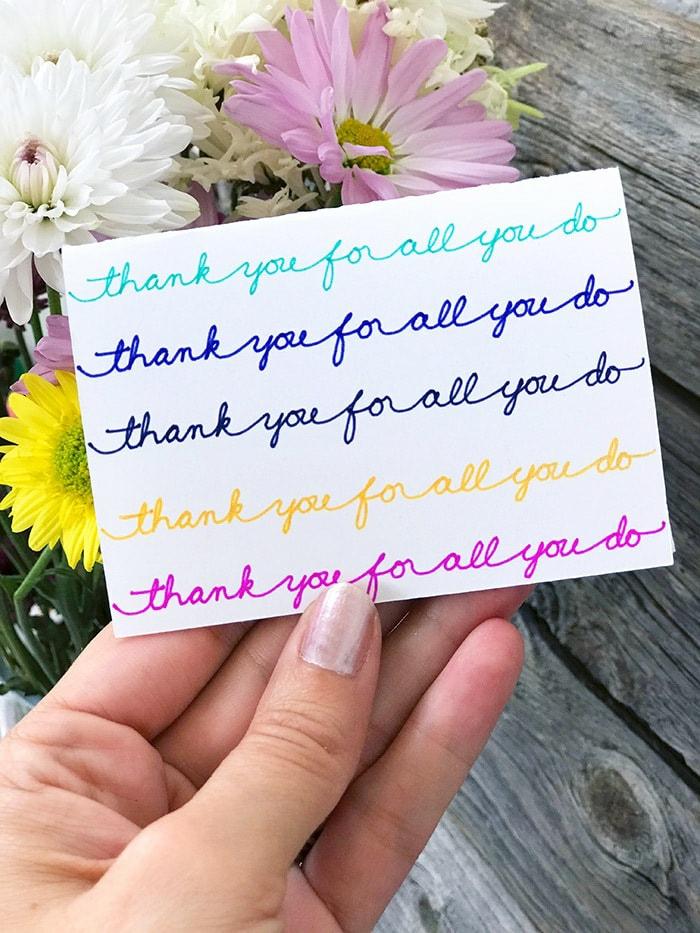 weiße Karte mit Aufschriften von Hand, fünfmal Danke schön geschrieben, Gutschein selber machen