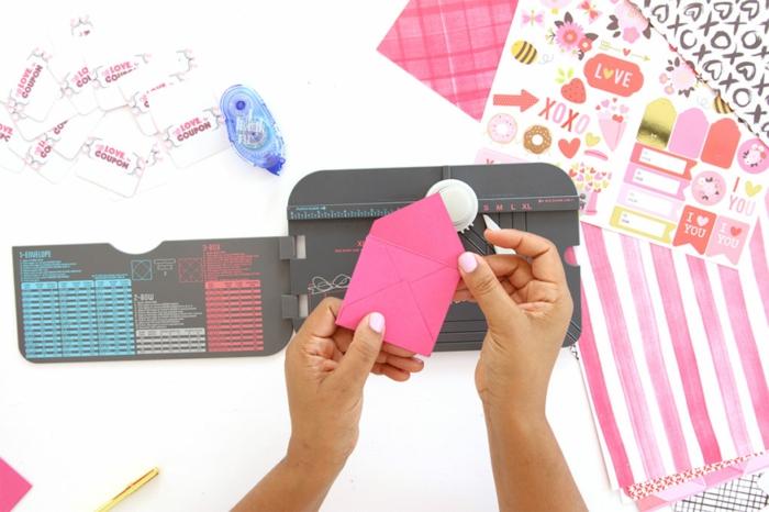 Gutschein basteln, ein rosa Briefumschlage selber falten und kleben, Verpackung zu Valentinestag