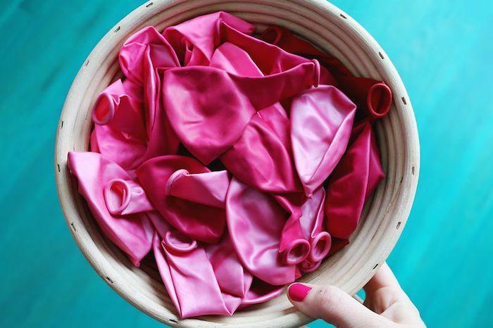 Rote und rosafarbene Ballons für Kindergeburtstag aufblasen, Deko Ideen für die perfekte Party