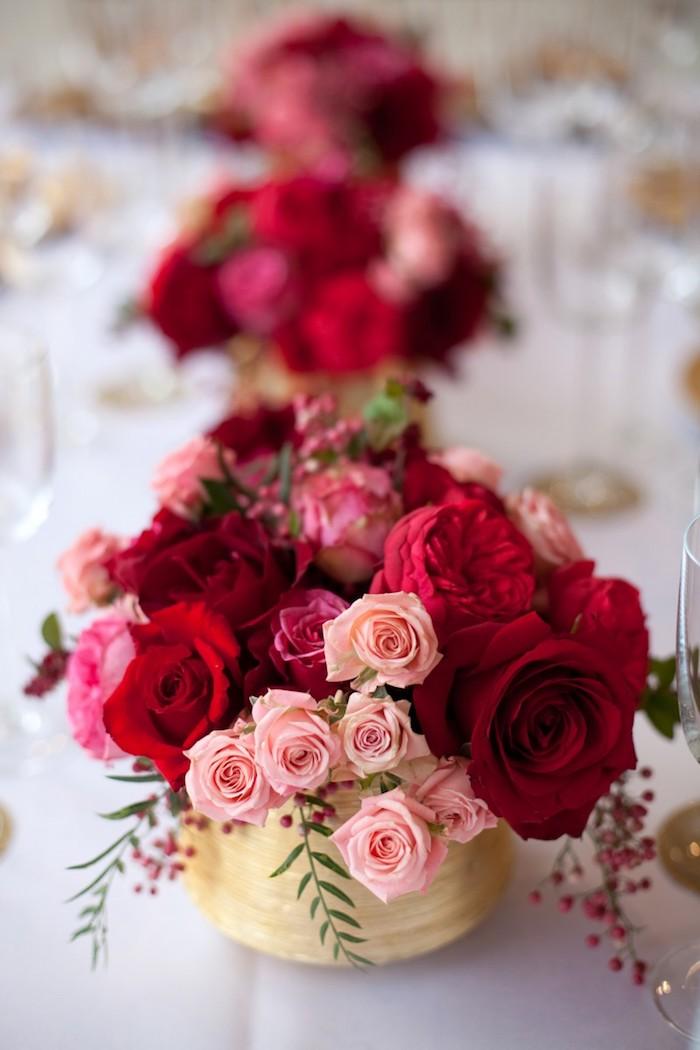 deko hochzeit, weiße decke, beige gestecke mit rosen, kleien und grüne blüten