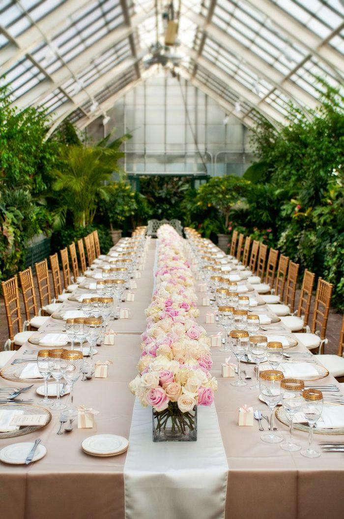 deko hochzeit, langer tisch, tischläufer aus satin, kleine blumengestecke mit rosen