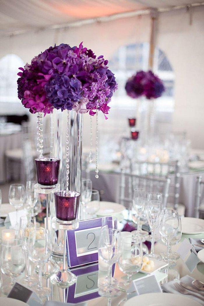 deko hochzeit in lila und silbern, hohe blumengestecke mit kristallen, lila hortensien, tischnummer