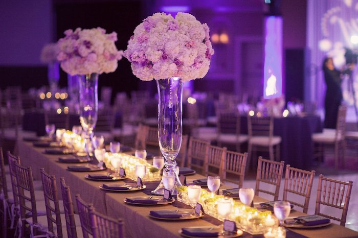 deko hochzeit, langer tisch, viele teelichtlater, weiße und rosa blüten, blumengestecke aus glas