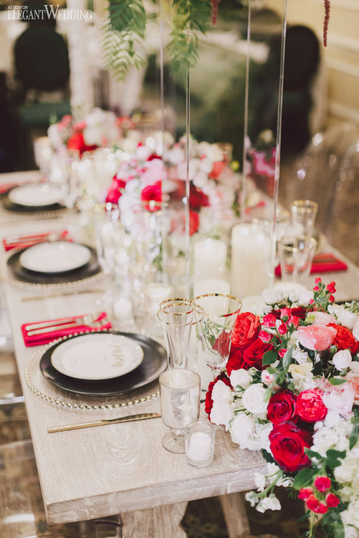 deko hochzeit, rote und weiße rosen, tisch im shabby chic stil, rustikale hochzeit