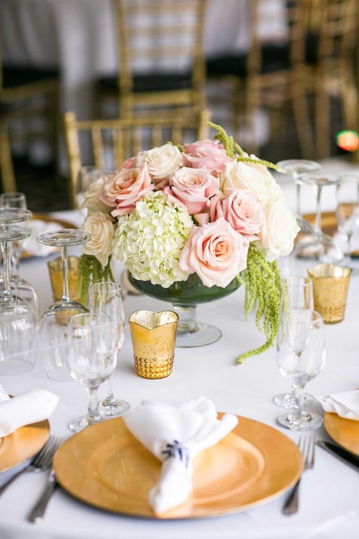 deko hochzeit, weiße hortensieren, rosa rosen, goldene teller und teelichthalter