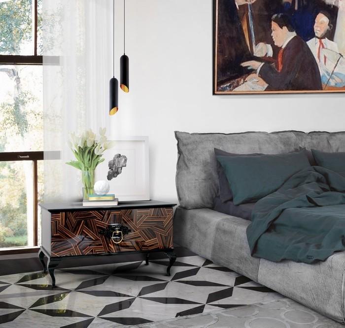 deko ideen schlafzimmer, graues bett, hängelampen in schwarz und gold, glasvase mit weißen tulpen