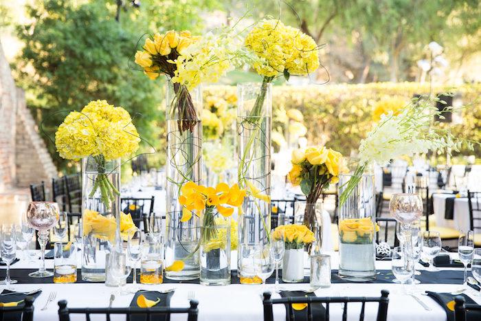 dekoration hochzeit, große glasvasen mit gelbe blumen, schwarze stühle, weiße decke