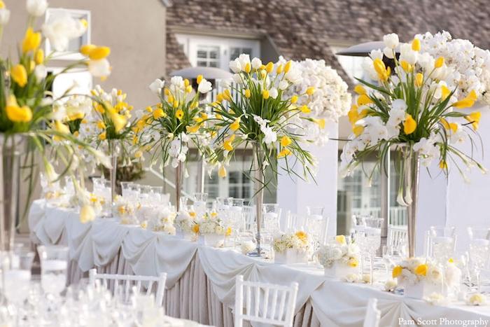 dekoration hochzeit in weiß und gelb, langer tisch dekorieren, silberne blumengestecke