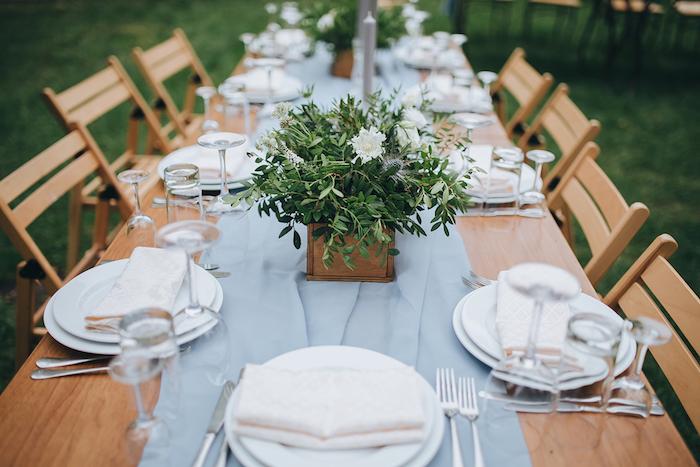 dekoration hochzeit in rusntikalem stil, heiraten im garten, hellblauer tischläufer