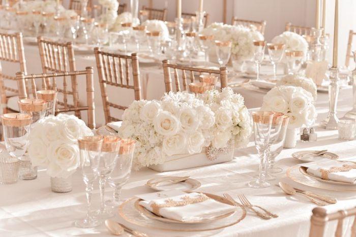 dekoration hochzeit, farbtheme weiß und kupfer, weingläder mit kupferfarbenen elementen