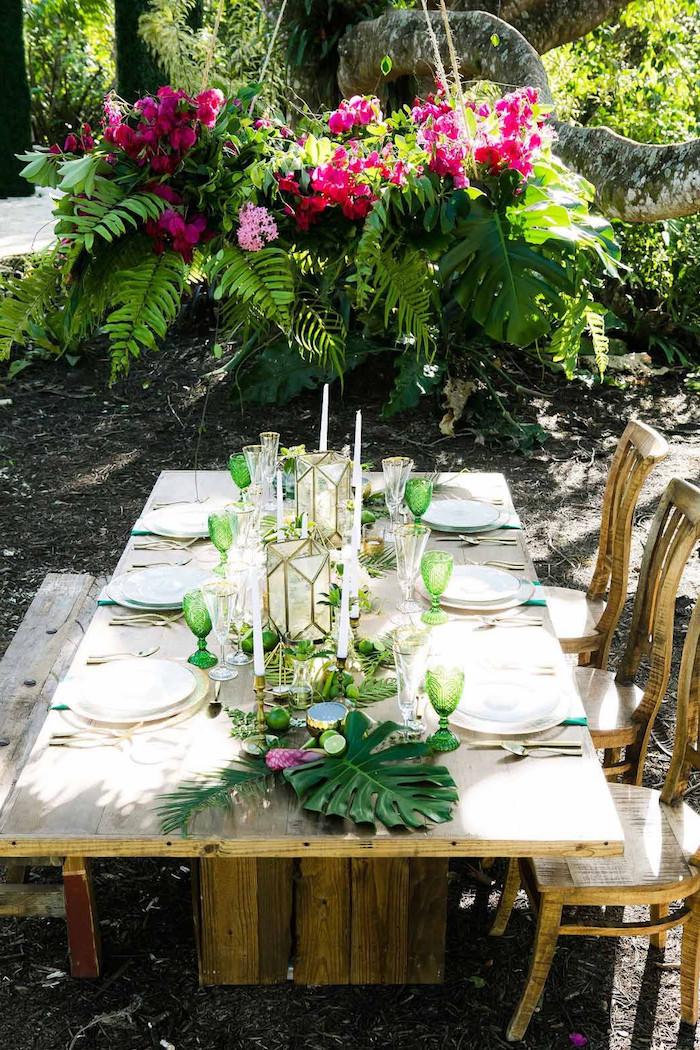 dekoration hochzeit im garten, grüne weingläser, rosa blumen, hängende blumendeko