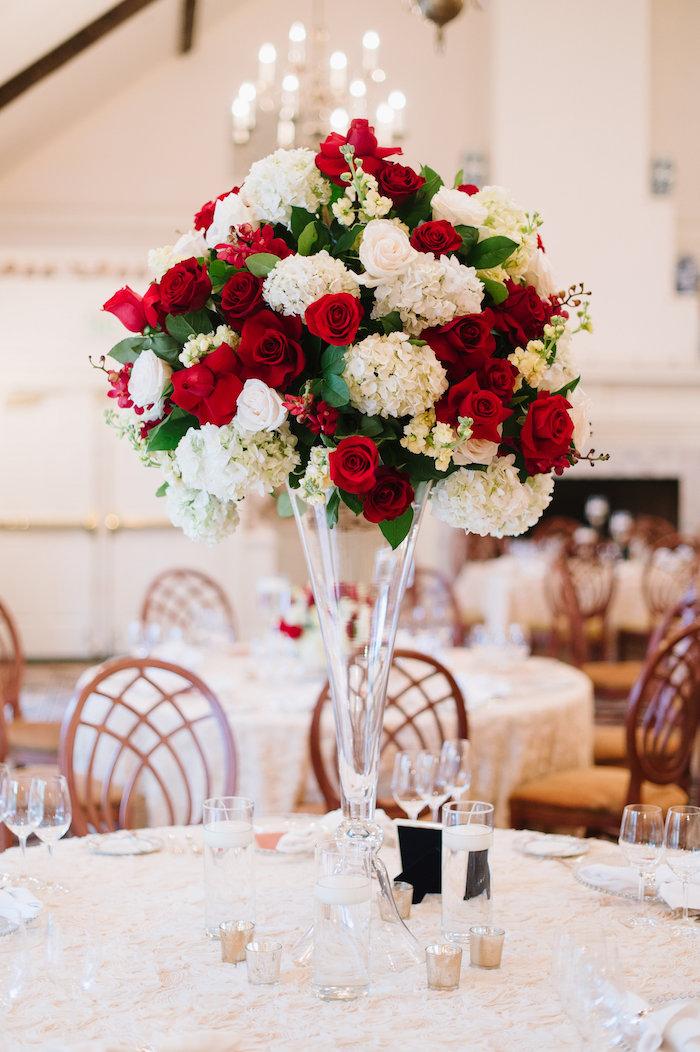 dekoration hochzeit, hohes blumengesteck aus glas, rote rosen, weiße hortensien