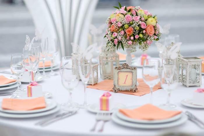 dekoration hochzeit, tisch dekorieren, orangenfarbene servietten, tischnummer im rustikalen stil