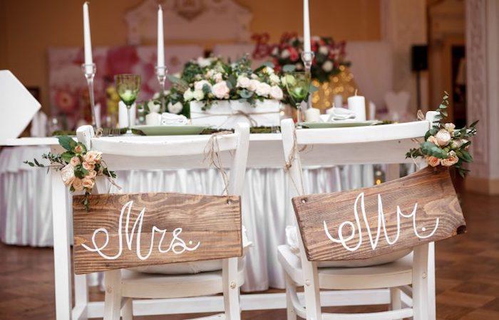 weiße stühle dekorieren, deko im rustikalem stil, dekoration hochzeit, blumendeko