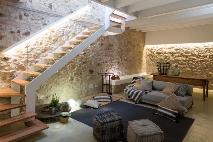 natürliches design zu hause, steinwand wanddeko, bodenkissen, quadratisch, treppe, sofa, glasdeko