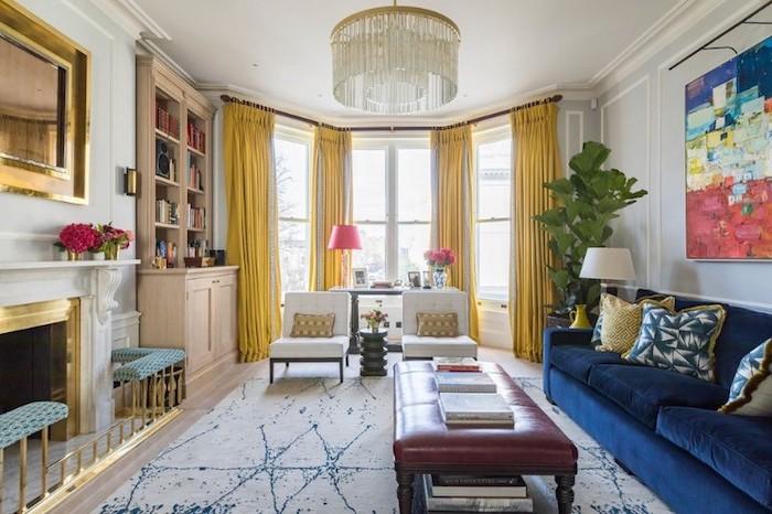 design wohnzimmer in verschiedenen farben, gelbe vorhänge, blaues sofa, marmor farbe boden, rote blumen, lampe, ledersessel