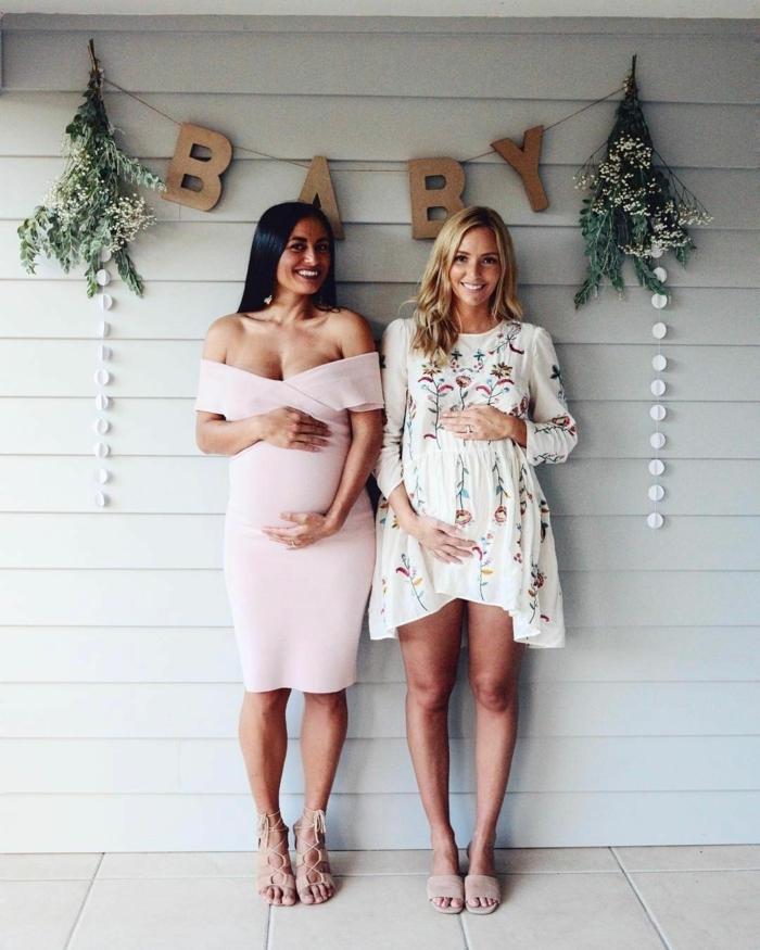 ein Babyparty von zwei Freundinnen, schöne Kleider in rosa und in weißer Farbe, festliche Kleider für Schwangere