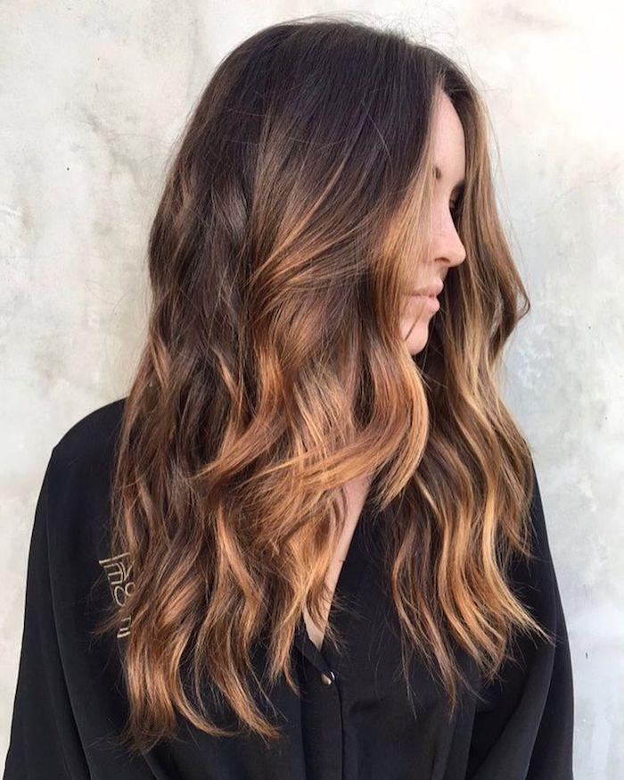 Haarfarbe Ombre Braun, Karamell Highlights, lange wellige Haare, schwarzes Hemd mit langen Ärmeln