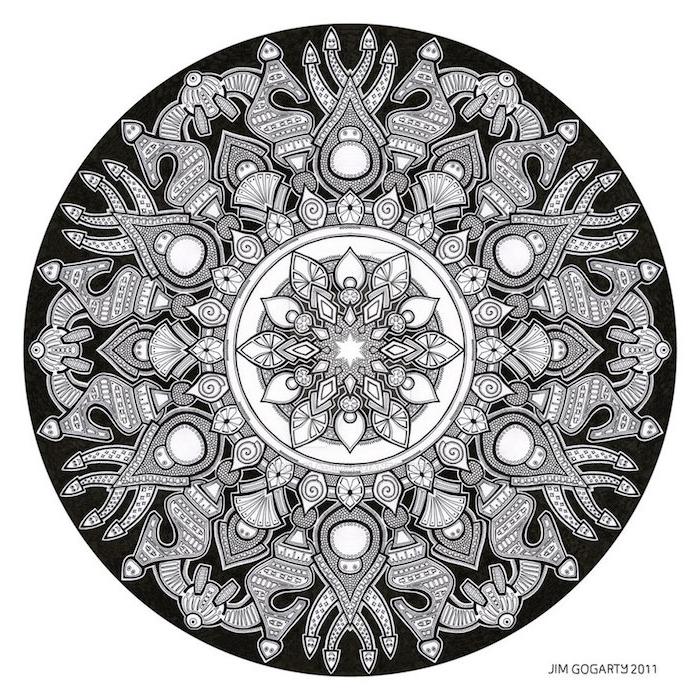 mandala zum ausdrucken, ein bild mit einem großen schwarzen kreis mit vielen kleinen grauen figuren und wersen, eine kleine weiße mandala blume zum ausmalen