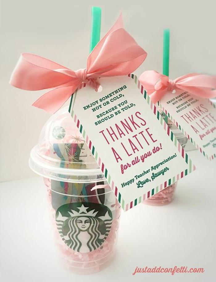 Geschenk zu Lehrer in einem Becher aus Starbucks mit rosa Schleife, Gutschein selber machen