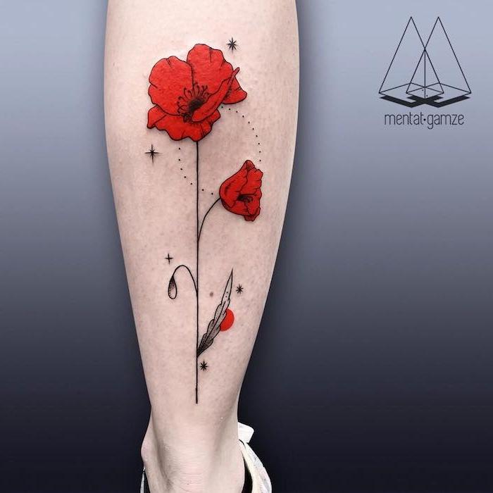 tattoo motive für frauen, ein bei9n mit einem großen watercolor tattoo . mit einer roten blume und schwarzen und weißen blättern, kleine schwarze sterne und eine sonne, ein bein mit einem weißen schuh